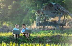 Kinder mit Laptop haben Spaß mit ihrem möglichen Beruf